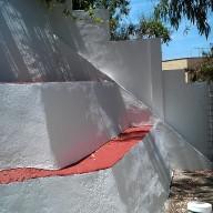 Reparación de arrugas grandes y agujeros en las paredes, pintura en blanco y rojo