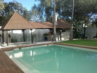 Reforma jardín, pérgolas y suelos de madera, renovación de piscina, construción de chimenea y ducha, renovación de césped y jardín